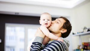 """500 złotych na dziecko także dla samotnego ojcaPrzede wszystkim ojcowie mogą ubiegać się o nową formę wsparcia - 1 kwietnia 2016 roku ruszył bowiem program """"Rodzina 500 plus"""", w ramach którego rodziny mogą otrzymać świadczenie wychowawcze w wysokości 500 zł miesięcznie na każde drugie i kolejne dziecko. W przypadku rodzin, u których dochód rodziny w przeliczeniu na osobę nie przekracza 800 zł miesięcznie, pomoc jest wypłacana także na pierwsze dziecko. Natomiast jeżeli w rodzinie wychowuje się dziecko niepełnosprawne, świadczenie przysługuje, o ile dochód na jednego członka nie przekroczy 1200 zł na miesiąc.Wszystko co trzeba wiedzieć o 500 plus: Wniosek, porady, kryteria przyznawania>>Wsparcie przysługuje również osobom samotnie wychowującym dzieci, a więc także samotnym ojcom i to nawet jeśli nie mają ustalonych alimentów na dziecko - tak twierdzi ministerstwo>> Jeżeli samotny rodzic zapewnia, że dzieci wychowuje samodzielnie, ale nie potrafi tego udowodnić, to drugi rodzic po prostu nie jest wliczany do składu rodziny i nie są wymagane informacje o jego dochodzie.Natomiast jeśli alimenty zostały zasądzone, są wliczane jako dochód przy ustalaniu prawa do świadczenia wychowawczego na pierwsze dziecko."""