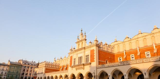W wigilię oraz pierwszy dzień świąt Bożego Narodzenia (24 i 25 grudnia) oddziały Muzeum Narodowego w Krakowie będą zamknięte, ale w drugim dniu Bożego Narodzenia Gmach Główny, Sukiennice oraz Pałacu Biskupa Erazma Ciołka można zwiedzać od 10 do 16.00. 6 stycznia, w święto Trzech Króli, wszystkie oddziały MNK będą otwarte w godzinach 10.00 – 16.00.