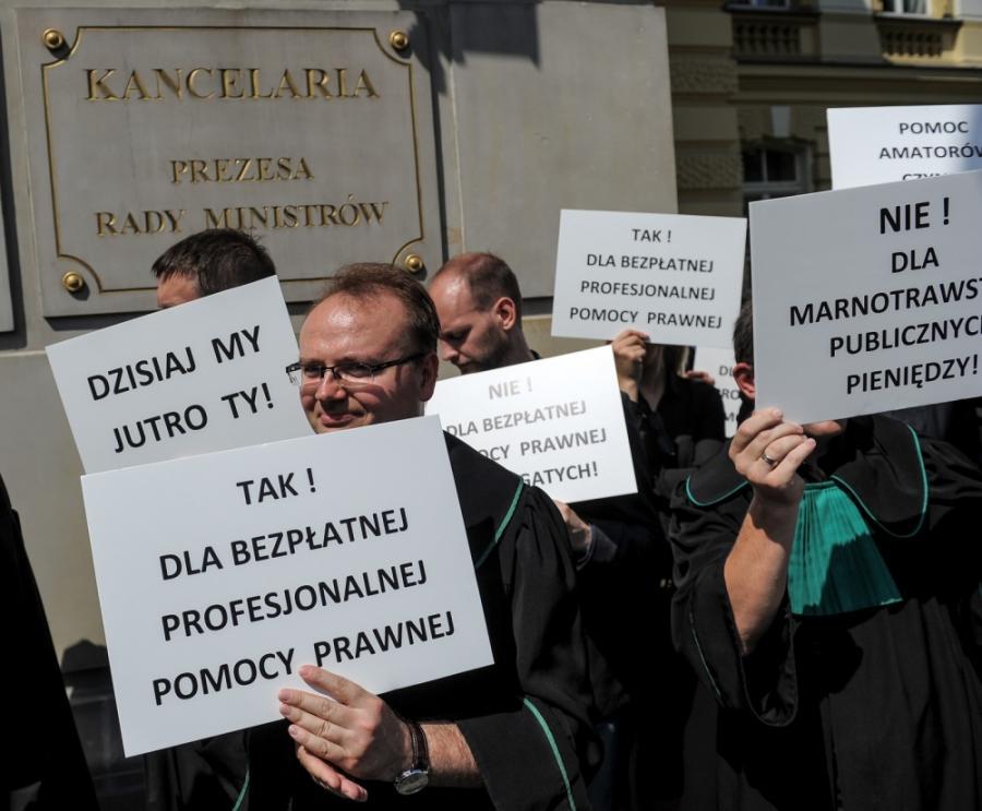 Dziekan Izby Adwokackiej w Warszawie Adwokat Paweł Rybiński mówił w radiowej Jedynce, że za reprezentowanie klientów z urzędu adwokaci otrzymują 60 złotych za rozprawę. Te stawki nie zmieniają się od 13 lat i są za niskie - uważa prawnik.