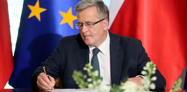 Prezydent Bronisław Komorowski podpisuje ustawę
