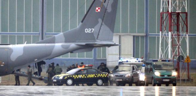 Kajetan P. wyprowadzany z samolotu specjalnego CASA.
