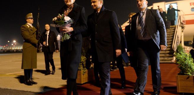 Prezydent Andrzej Duda z żoną Agatą Kornhauser-Dudą na lotnisku w Budapeszcie
