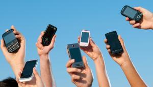 Dzięki tym przepisom od 15 czerwca osoby podróżujące po UE będą mogły telefonować, esemesować i korzystać z internetu bez żadnych dodatkowych opłat.