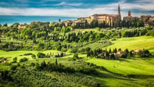 San Quirico d'Orcia Jeśli trafiłeś / trafiłaś na cudowne zdjęcie toskańskich wzgórz i cyprysów rosnących ciągiem przy drogach, bardzo możliwe, że to pocztówka z San Quirico d'Orcia. Położone pomiędzy Montalcino i Pienzą, często jest pomijane przez turystów zwiedzających okolice Sieny. To jeden z powodów, dla których warto tam pojechać. Inne to malutkie knajpki z pysznym jedzeniem, urocze sklepiki czy piękne ogrody w obrębie starego miasta - po prostu bezpretensjonalne włoskie miasteczko, w którym można podpatrzeć autentyczne życie.