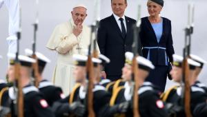 """Nawiązał do wtorkowej zbrodni popełnionej na francuskim księdzu w kościele w Normandii. """"Ten święty ksiądz zginął w chwili modlitwy"""" - zaznaczył papież. Zauważył, że wciąż ginie wielu chrześcijan, niewinnych, dzieci. W tym kontekście wymienił Nigerię i całą Afrykę. """"Nie bójmy się powiedzieć tej prawdy, że świat jest w stanie wojny""""."""