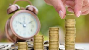 Jak jednolity podatek wpłynie na system ubezpieczeń?  Co wiemy: Wprowadzenie jednolitego podatku nie zmieni obecnych zasad odprowadzania składek na ubezpieczenia społeczne (przynajmniej takie jest założenie). Czyli np. nadal 19,52 proc naszego wynagrodzenia ma być przekazywane na konto i subkonto emerytalne i ewentualnie do OFE. Podobnie ma być z innymi składkami, które są dziś odprowadzane od wynagrodzenia z części pracownika i pracodawcy, tj rentową chorobową czy wypadkową. Składka emerytalna i rentowa osób o wysokich dochodach trafi do ZUS do poziomu tzw. trzydziestokrotności, to co zapłacą powyżej nie podwyższy im emerytur. Wątpliwości: Na wprowadzeniu jednolitej daniny mają zyskać osoby o najniższych wynagrodzeniach. Ma się to odbyć przez zmniejszenie klina podatkowego czyli łącznych procentowych obciążeń podatkami i składkami ich płacy a to oznacza, że zapewne nie będą płacić części składek. Pytanie czy zapłaci je za te osoby budżet czy będą miały np. okrojone uprawnienia do pewnych świadczeń.