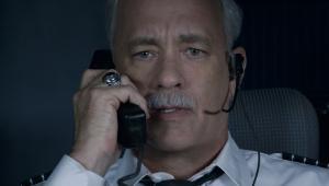 """Zwykli ludzie widzą w kapitanie bohatera, sprawcę """"cudu na rzece Hudson"""", urzędnicy za wszelką cenę próbują dowieść, że pilot – mimo awarii obu silników – mógł awaryjnie lądować na którymś z nowojorskich lotnisk. Wiadomo, w grę wchodzą poważne straty finansowe, ktoś więc musi być winny."""