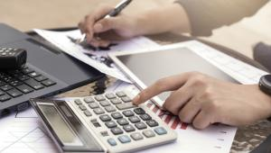 Odliczenie wydatków na internet Podatnicy składający PIT mogą zaoszczędzić korzystając z tzw. ulgi internetowej. Zgodnie z art. 26 ustawy o podatku od dochodów osób fizycznych, od podstawy opodatkowania można odliczyć kwotę wydatków ponoszonych przez podatnika z tytułu użytkowania sieci Internet, w wysokości nieprzekraczającej w roku podatkowym kwoty 760 złotych. Podstawą do przyznania ulgi jest przedstawienie fiskusowi dokumentów potwierdzających poniesione wydatki za internet. Konieczne jest zatem załączenie faktury VAT lub rachunków czy potwierdzenia przelewu. Odliczeniu podlegają wydatki wyłącznie związane z użytkowaniem internetu. Jeśli zatem podatnik korzysta z usług internetowych występujących w pakiecie np. z innymi usługami telekomunikacyjnymi, ulgę internetową można wykorzystać pod warunkiem wyodrębnienia wydatków na internet.  Co ważne, ulga przysługuje wyłącznie w kolejno po sobie następujących dwóch latach podatkowych, jeżeli w okresie poprzedzającym te lata podatnik nie korzystał z tego odliczenia.