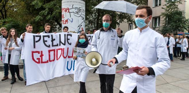 """Lekarze rezydenci walczą o pacjentów i dodał, że zdaniem ekspertów postulaty protestujących """"są nie tylko słuszne ale i konieczne""""."""