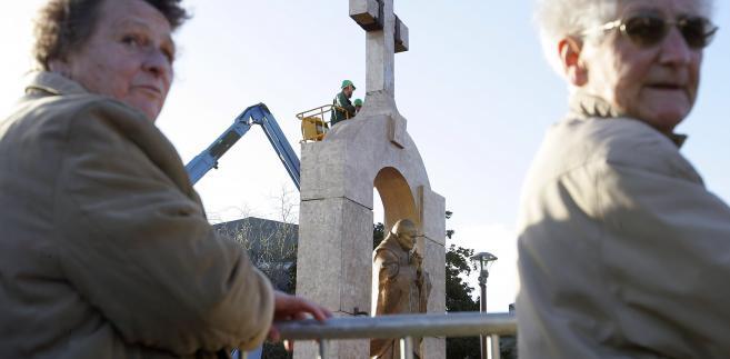 Pomnik JP II z krzyżem
