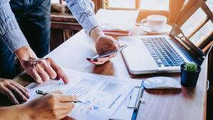 Obecnie pracodawca, który chce rozstać się z pracownikiem, musi tylko wręczyć mu wypowiedzenie umowy o pracę lub oświadczenie o jej rozwiązaniu bez wypowiedzenia. To oznacza, że pracownik o zwolnieniu dowiaduje się tuż przed otrzymaniem dokumentu. Cała procedura trwa kilka minut, chyba że ma umowę bezterminową, a w zakładzie funkcjonuje związek zawodowy. Wówczas potrzebna jest konsultacja z organizacją zakładową. W takiej sytuacji postępowanie się wydłuża, gdyż trzeba doliczyć czas na zawiadomienie organizacji o planowanym zwolnieniu oraz na udzielenie przez nią odpowiedzi, czy zgadza się na reprezentowanie pracownika.