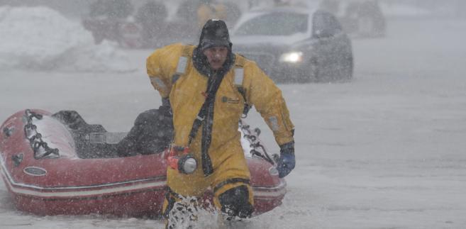 Strażacy pomagają kierowcom w Bostonie