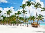 <strong>Dominikana </strong><br>Raj na ziemi, który również najlepiej odwiedzać zimą. Od grudnia opady w zasadzie tam nie występują, a stała, trzydziestopniowa temperatura powietrza i dwudziestosiedmiostopniowa temperatura wody, naprawdę pozwalają cieszyć się wypoczynkiem. Białe plaże delikatnie osuwają się ku morzu, w którym pełno jest czerwonych rozgwiazd i różnokolorowych rybek, zielone palmy działają wprost kojąco, a do tego jest tyle miejsc, które warto zobaczyć, że na pewno nie będziemy się nudzić. <br><br>Nie zapominajmy, że Republika Dominikańska to miejsce w którym narodziła się epoka kolonialna. Bartolomeo Kolumb, z polecenia swojego brata, właśnie na Dominikanie założył pierwsze europejskie miasto Nowego Świata – Santo Domingo. Do dziś jest to najważniejsze miejsce na wyspie, kumulujące cały kulturowy dobytek i energię mieszkańców. Najwięcej pamiątek po kolonialnej przeszłości znaleźć można w starej części miasta, tworzącej urokliwą Zonę Colonial, która wpisana została na listę światowego dziedzictwa UNESCO. Ale tym co najbardziej zachwyca na Dominikanie jest przyroda. Jej niezwykłe oblicze można znaleźć nawet w sercu stolicy, w Parku Narodowym Los Tres Ojos, gdzie znajduje się jurajski kompleks jaskiń skrywający na swoim dnie jezioro wypełnione słodką, błękitną wodą. <br> <br>Prawdziwym skarbem wyspy jest półwysep Samaná. Górzysty, dziki, pełen zieleni, mniejszych i większych zatoczek i wodospadów, które tylko czekają na odkrycie. Znany jest także z wielorybów. Każdego roku tysiące humbaków przybywa w te rejony, by rodzić młode – można więc zobaczyć całe rodziny wielorybów, czy to podczas specjalnego rejsu statkiem, czy podczas wypraw nurkowych, gdzie można nawet popływać wśród tych wielkich stworzeń. <br>