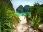 <strong>Tajlandia </strong><br>Podróż do Tajlandii to doskonały pomysł, bez względu na porę roku. Temperatura rzadko spada tam poniżej 30 stopni, więc nie musimy obawiać się, że zmarzniemy. Podróż do Tajlandii zimą daje nam jednak tę dodatkową pewność, że również nie zmokniemy – no chyba że podczas kąpieli w jednej z bajkowych zatoczek upstrzonych głazami porośniętymi roślinnością. Zatoki w tej części świata są wyjątkowo malownicze. Najczęściej ukryte pośród tropikalnej roślinności, z dala od miast i miasteczek, dzięki czemu możemy być spokojni o swoją prywatność. A plaże takie jak te na wysepce Paradise Island Koh Samet są po prostu nieziemskie. Cały obszar wyspy jest Parkiem Narodowym można więc cieszyć oczy niczym nie skażoną przyrodą i odpoczywać. <br>  <br>Uroki zacisznych tajskich kurortów docenimy zwłaszcza, jeżeli uda nam się zobaczyć Bangkok – jedno  z najbardziej ekscytujących i wyjątkowych miast na świecie, gdzie atrakcji jest tak wiele, że wszystkich zobaczyć po prostu nie sposób. To w Bangkoku można zjeść, chyba najlepszy na świecie pad thai, a nocna odsłona miasta zwala z nóg – tuż po zachodzie słońca na ulicach pojawiają się urocze stragany, stoiska z jedzeniem, pamiątkami, jest gwarno, wesoło, smacznie. W tym mieście znajdują się także najważniejsze w kraju świątynie, takie jak Świątynia Złotego Buddy, a także Wat Pra Kaeo, czyli świątynia, w której przechowywany jest najsłynniejszy tajski posąg Buddy - Budda Szmaragdowy. Podczas tej podróży na pewno nie zabraknie ekscytujących przeżyć. <br>