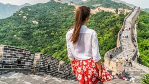 9. ChinyNie zniechęcajcie się opinią o Chinach jako najbardziej zanieczyszczonym kraju na świecie. Wystarczy uciec na prowincję i poznać prawdziwe Chiny. A wygodne podróżowanie będzie możliwe dzięki superszybkim, nowoczesnym pociągom. Jeśli postanowicie pozostać jednak w Pekinie, koniecznie odwiedźcie zrewitalizowane Zakazane Miasto – dawny pałac cesarski dynastii Ming i Qing wpisany w 1987 r. na listę światowego dziedzictwa UNESCO.