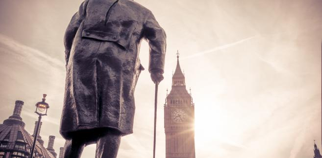 """""""Amatorzy fascynują się taktyką, ale zawodowców interesuje logistyka"""" – skomentował klęskę III Rzeszy amerykański generał Omar Bradley. Znany ze swego oratorskiego kunsztu Churchill tym razem nie zdobył się na równie celne podsumowanie. Musiała wystarczyć mu satysfakcja bycia tym, który wygrał dla Zachodu dwie wojny światowe."""