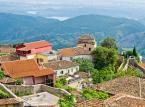 """Kruja<br><br>Kruja leży około 25 kilometrów na północny wschód od stolicy. To dla Albańczyków szczególne miasto – z twierdzy tutejszego zamku, George Kastrioti Skanderbeg (wspomniany największy narodowy bohater), bronił kraju przed osmańską inwazją. Zamek, Kruja, jest obecnie ważnym zabytkiem. Znajduje się w nim muzeum Skanderberga, jedna z najważniejszych i najpopularniejszych atrakcji turystycznych Albanii. Z zamku roztacza się oszałamiający widok. W pobliżu znajduje się także park narodowy Qafe Shtama i grobowiec Sari Saltik.<br><br>Źródło: <a href=""""https://r.pl/albania"""">r.pl/albania</a>"""