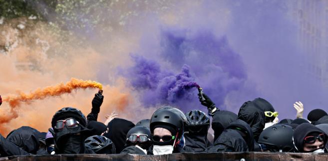 Nielegalnie mieszkająca w Notre-Dame-des-Landes społeczność ma zostać eksmitowana. Ale krewcy lokalni anarchiści – wspierani przez kolegów z innych regionów, a także z Niemiec i Wielkiej Brytanii – postanowili pokrzyżować plany polityków