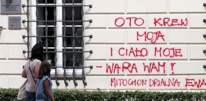Napisy na domu parafialnym przy warszawskiej Archikatedrze św. Jana Chrzciciela.