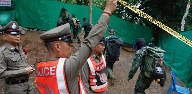 Służby ratunkowe przed jaskinią w Tajlandii.