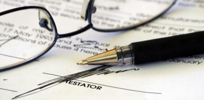 Powołując się na brzmienie artykułu 926 Kodeksu cywilnego sędzia potwierdził pierwszeństwo dziedziczenia testamentowego nad ustawowym