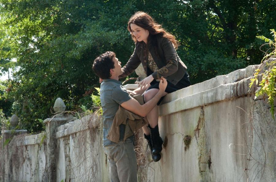 """Alden Ehrenreich i Alice Englert w filmie """"Piękne istoty"""""""