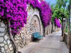 1. miejsce: Capri – włoska wyspa na Morzu Tyrreńskim w Zatoce Neapolitańskiej. Położona jest w pobliżu półwyspu Sorrento. Największa atrakcją turystyczną wyspy jest Lazurowa Grota – czyli jaskinia morska.