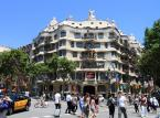 """Na 9. miejscu znajduje się Casa Milà (La Pedrera) - znaczy Dom Mili - to budynek w Barcelonie powstały w latach 1906-1910. Zaprojektował go i wykonał Antoni Gaudí dla przedsiębiorcy Pere Mili i Jego żony. Jest to najbardziej dojrzały i ostatni projekt """"świecki"""" tego architekta. Casa Milá, jak pragnął sam Gaudí, miała być odpowiedzią na brak interesujących budynków w mieście. Ze względu na prezencję (budynek wygląda jak potężny skalny blok) barcelończycy przezwali go La Pedrera, co znaczy Kamieniołom."""
