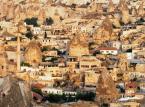 Göreme - dolina w Kapadocji, na zachód od Kayseri, w której znajduje się Park Narodowy Göreme - wpisany na Listę Światowego Dziedzictwa Ludzkości UNESCO skansen około 350 kościołów wykutych w skale.