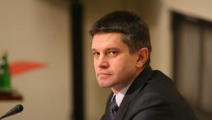 Jacek Kapica, wiceminister finansów i szef Służby Celnej. Jego nazwisko stało się głośne w 2009 r., po wybuchu afery hazardowej. Jest głównym twórcą nowej, restrykcyjnej ustawy hazardowej wprowadzonej w błyskawicznym tempie. I głównym adresatem skarg na wszelkie jej wady