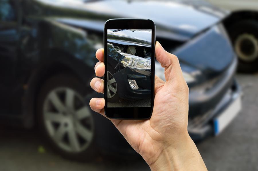 ubezpieczenia, smartfon ,wypadek