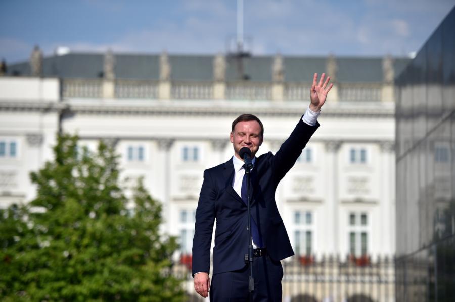 Wystąpienie prezydenta Andrzeja Dudy przed Pałacem Prezydenckim.