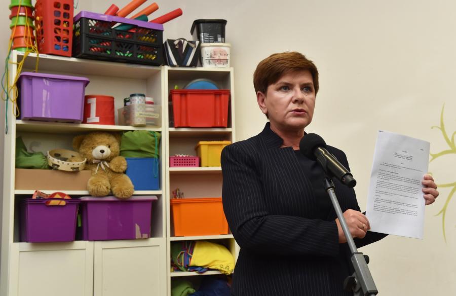 Kandydatka PiS na premiera Beata Szydło prezentuje projekt ustawy o zmianie systemu oświaty podczas spotkania z rodzicami 6-latków i nauczycielami w Klubie Malucha w Krakowie