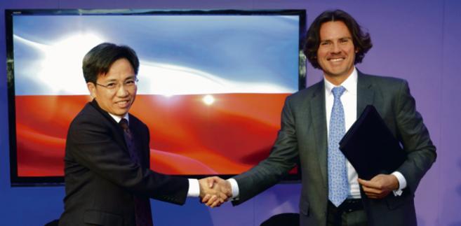 Guo Gengmao, przedstawiciel prowincji Zhengzhou i Adam Purwin, prezes PKP Cargo podpisują porozumienie o utworzeniu spółki joint-venture do obsługi Nowego Jedwabnego Szlaku