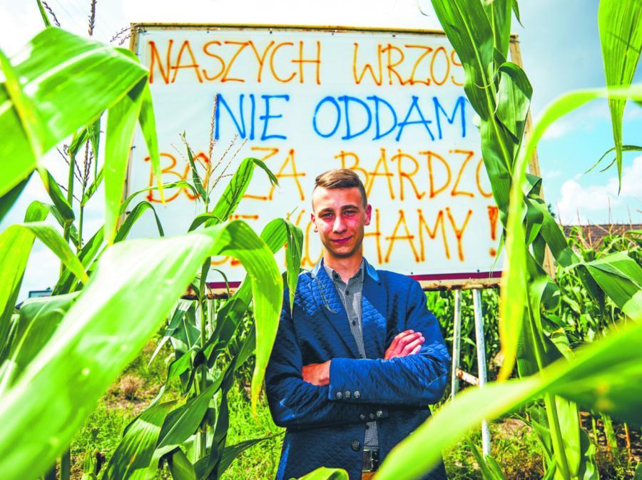 Michał Seemann z Wrzosek od kilku miesięcy przygotowuje akcje protestacyjne, nawołujące do pozostania w Dąbrowie