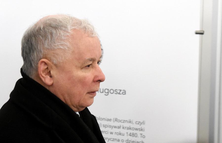 Prezes PiS Jarosław Kaczyński w drodze na spotkanie liderów partii sejmowych z marszałkiem Senatu Stanisławem Karczewskim w Senacie