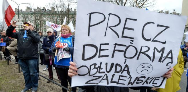 Protest rodziców i nauczycieli