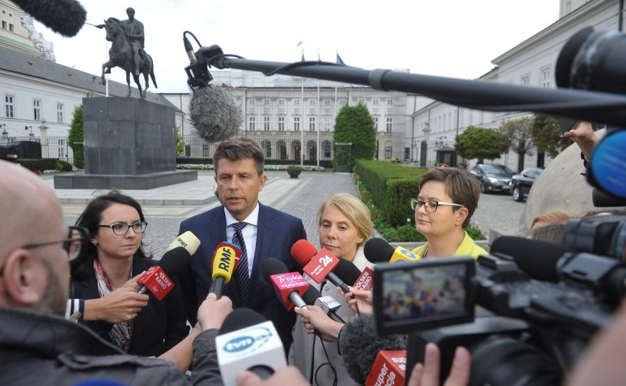 Politycy Nowoczesnej przed Pałacem Prezydenckim