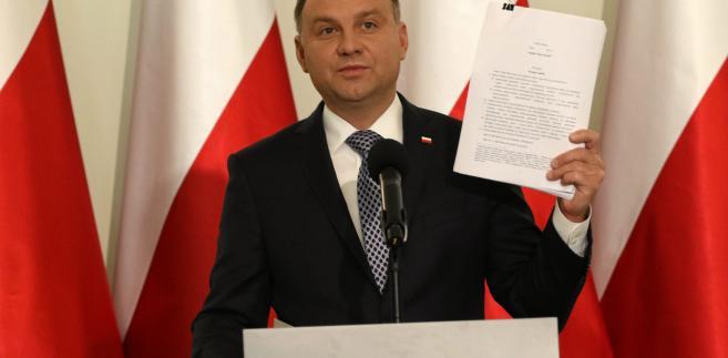 """Żurek powiedział PAP, że nie zna szczegółów projektu, ale sądząc ze słów Andrzeja Dudy, widzi pewien postęp w stosunku do projektu, który prezydent zawetował. Dodał zarazem, że """"wygląda to mu na mocowanie się z własną partią i wzmacnianie swej pozycji""""."""