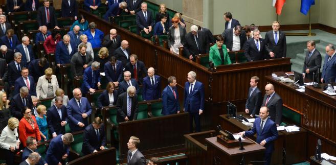 Sejm zajmuje się w środę projektem ustawy ws. zniesienia limitu, powyżej którego najlepiej zarabiający nie płacą obecnie składek na ubezpieczenia emerytalne i rentowe.