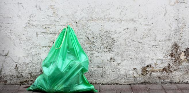 Supermarkety i sieci handlowe zapłacą podwójnie za torby foliowe. Obowiązki się dublują.