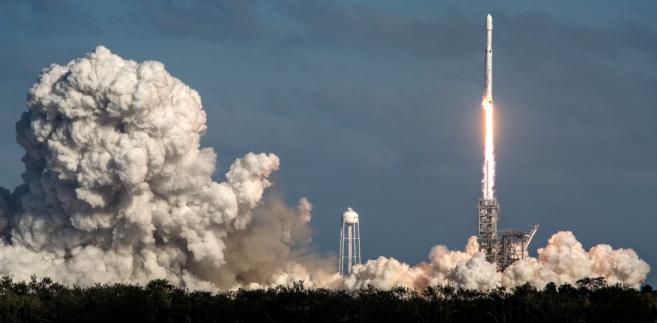 Falcon Heavy stała się tym samym najpotężniejszą spośród używanych dziś rakiet - informuje agencja AP.