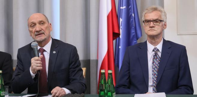 Były szef MON, poseł Antoni Macierewicz i przewodniczący Podkomisji do Ponownego Zbadania Wypadku Lotniczego dr inż. Kazimierz Nowaczyk