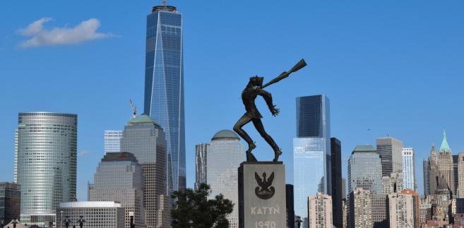 Pomnik Katyński jest usytuowany w Jersey City, w stanie New Jersey, na placu Exchange Place. Amerykanie polskiego pochodzenia z New Jersey i Nowego Jorku wybrali go na miejsce manifestacji w rocznicę zbrodni katyńskiej, a ostatnio także katastrofy smoleńskiej.