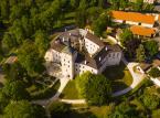 <strong>Zamek Březnice</strong><br></br>Półtorej godziny jazdy od stołecznej Pragi. Szczególną chlubą zamku Březnice jest biblioteka loksańska (czes. Lokšanská knihovna), mieszcząca się w majestatycznych komnatach z malowidłami na belkowym suficie. Jest to najstarsza biblioteka zamkowa w Czechach, która zachowała się w dobrym stanie. Na szczególną uwagę zasługuje także kaplica Najświętszej Maryi Panny w stylu wczesnego baroku, z rokokowymi meblami i kasetonowym sufitem wykonanym przez Carlo Lurago. Inne ciekawe miejsca z zamkowych wnętrz to Salon Afrykański oraz renesansowa jadalnia. Zamek otacza i ozdabia park zaaranżowany w stylu angielskim.<br></br>