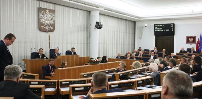 Głosowanie w Senacie w sprawie wyboru ławników przeprowadzono w piątek po godz. 10. Senatorowie mieli wymienionych na kartach do głosowania 15 kandydatów - 13 zarekomendowanych przez senacką komisję i dwoje, wobec których komisja wydała opinię negatywną.
