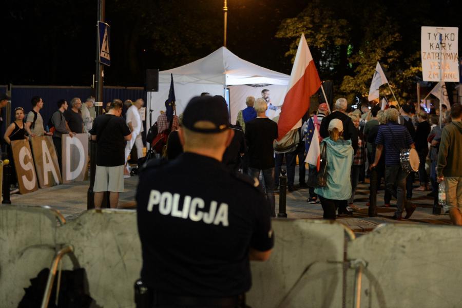 Manifestacja przeciwników reformy sądownictwa przed Sejmem w Warszawie. .