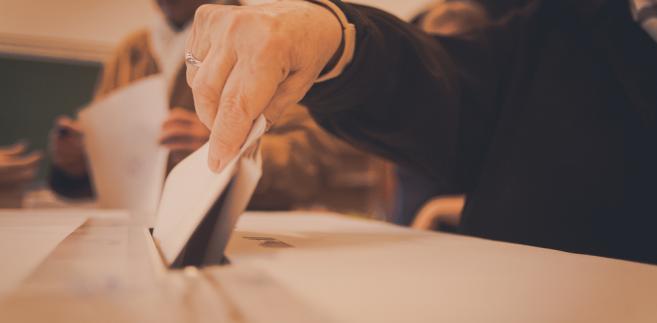 Mężem zaufania może być obywatel polski, który najpóźniej w dniu głosowania kończy 18 lat, a jednocześnie nie jest pozbawiony praw publicznych prawomocnym orzeczeniem sądu lub praw wyborczych prawomocnym orzeczeniem Trybunału Stanu czy ubezwłasnowolniony prawomocnym orzeczeniem sądu.