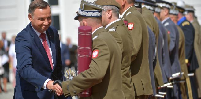 Prezydent RP, zwierzchnik Sił Zbrojnych Andrzej Duda gratuluje generałom awansu.