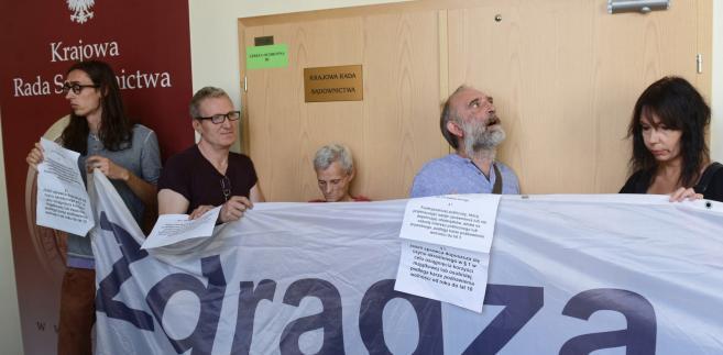 Grupa osób reprezentujących ruch Obywatele RP blokuje wejście do sali obrad Krajowej Rady Sądownictwa.